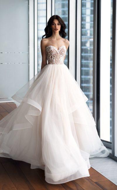 Розовое свадебное платье пышного силуэта с открытым декольте.
