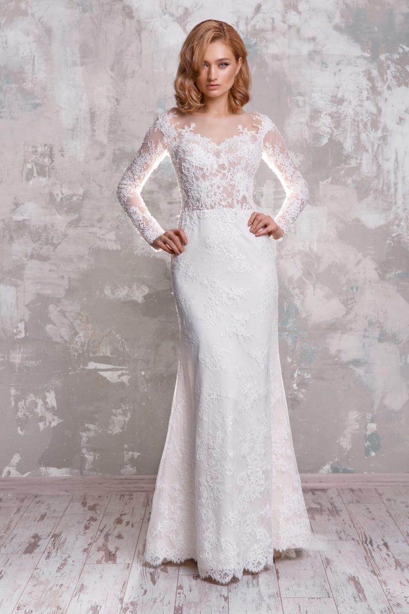 Свадебное платье с длинным рукавом и облегающей юбкой.