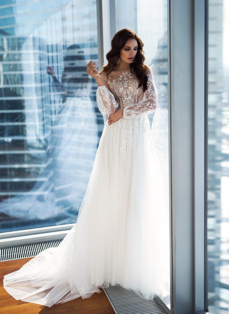 Романтичное свадебное платье с бежевым корсетом и длинным рукавом.