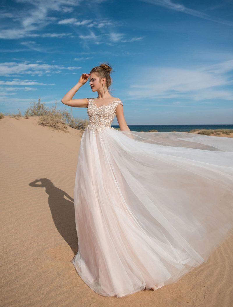 Прямое свадебное платье пудрового оттенка с кружевным лифом.