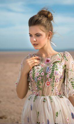 Свадебное платье пудрового оттенка с цветочной вышивкой.
