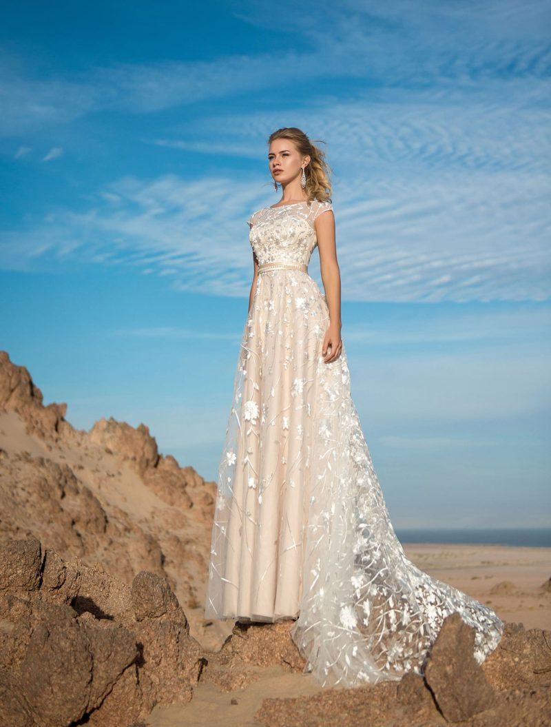 Свадебное платье прямого кроя с длинным тонким шлейфом.