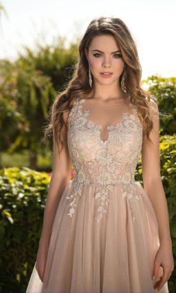 Бежевое свадебное платье с лифом, покрытым кружевом.