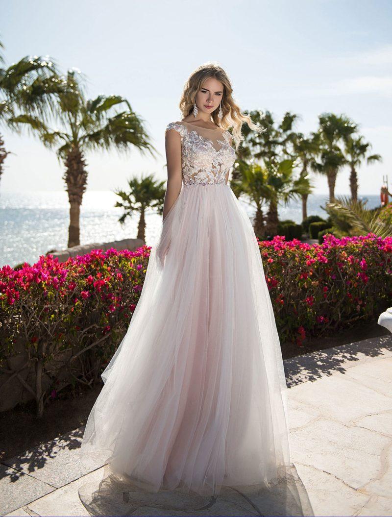 Розовое свадебное платье с крупным кружевным декором.