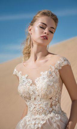 Бежевое свадебное платье с кружевным лифом и многослойным низом.