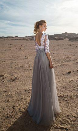 Серое свадебное платье с узким поясом и белым кружевом на лифе.