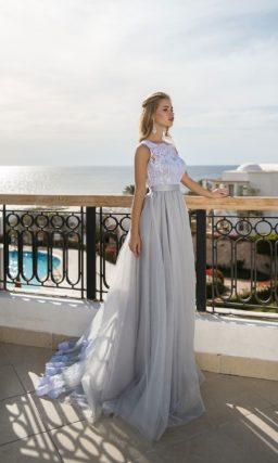 Серое свадебное платье с белым кружевным лифом и атласным поясом.