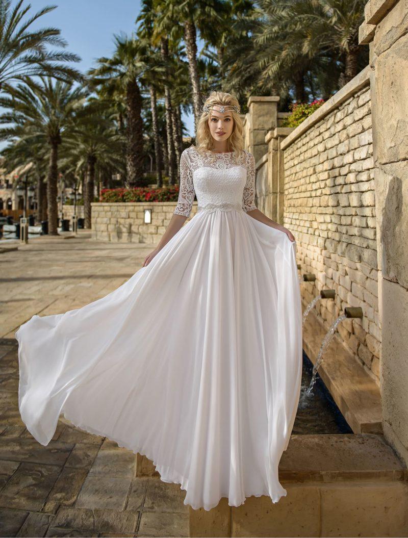 Ампирное свадебное платье с фигурным поясом и рукавом.