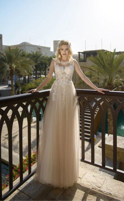 Бежевое свадебное платье с белыми аппликациями на лифе без рукава.
