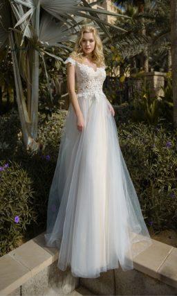 Свадебное платье с белоснежным лифом и голубой юбкой.