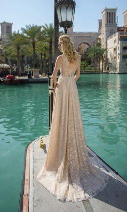 Бежевое свадебное платье со сверкающим декором по всей длине.