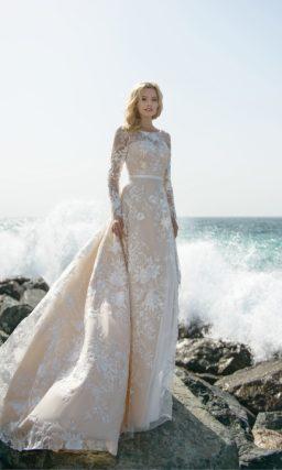 Стильное свадебное платье с белым кружевом на бежевой подкладке.