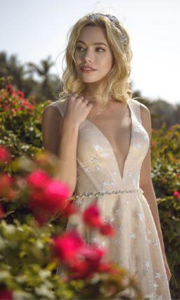 Бежевое свадебное платье, покрытое кружевом со звездами.