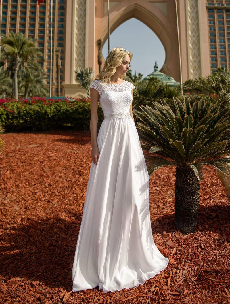 Свадебное платье с фигурным поясом и вставкой над лифом.