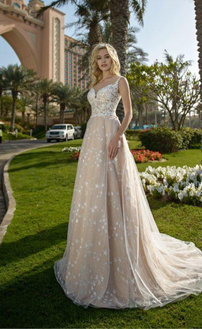 Бежевое свадебное платье с открытым лифом и белым кружевом.