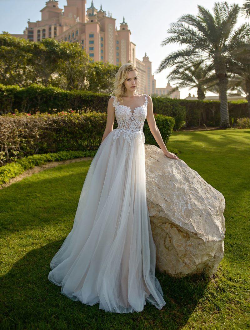 Свадебное платье с кружевным лифом на тонких бретельках.