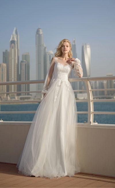 Свадебное платье с длинным рукавом и вырезом на спинке.