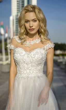 Пышное свадебное платье с оригинальной вставкой над лифом.