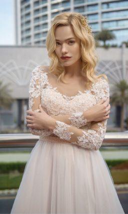 Свадебное платье с пудровым корсетом и белой воздушной юбкой.