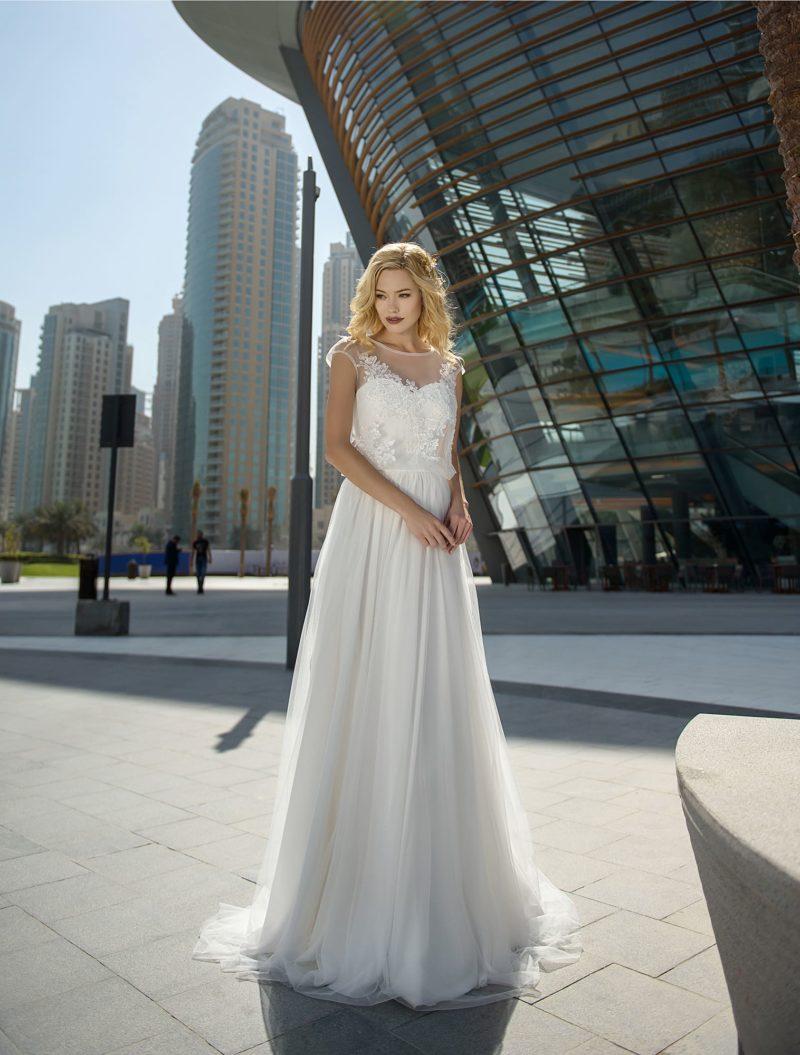 Свадебное платье с элегантным закрытым лифом и многослойной юбкой.