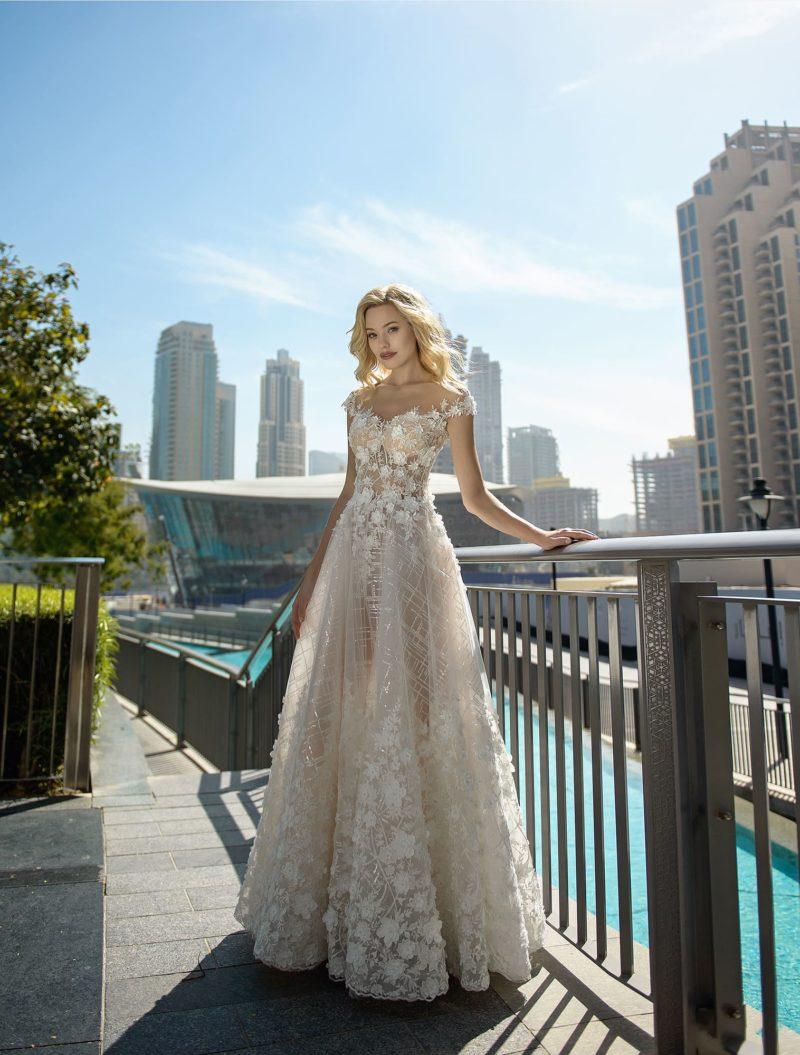 Бежевое свадебное платье с объемной отделкой кружевом.