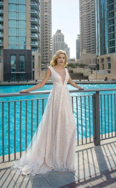 Свадебное платье с пудровой подкладкой и глубоким вырезом декольте.