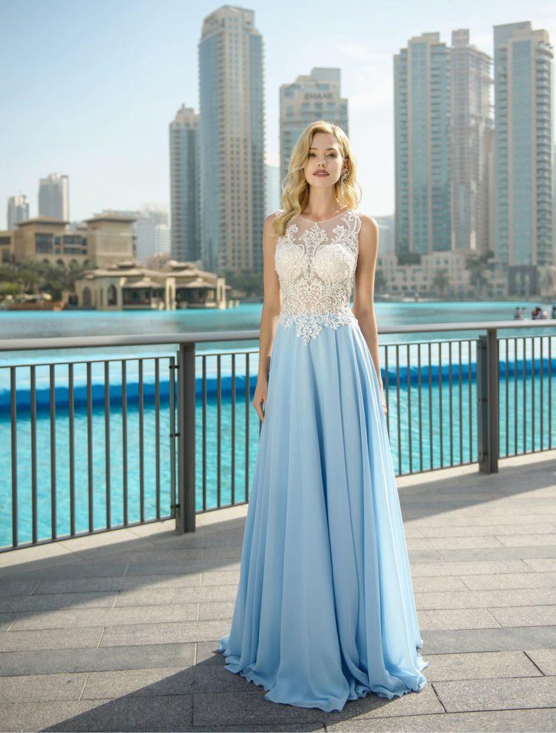 Свадебное платье с кружевным лифом и голубой юбкой.