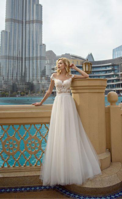 Пышное свадебное платье с открытой спинкой и широким поясом.