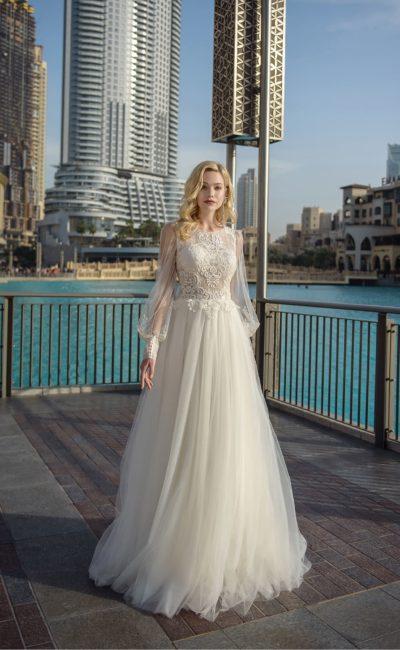 Свадебное платье с длинными рукавами с широкими манжетами.