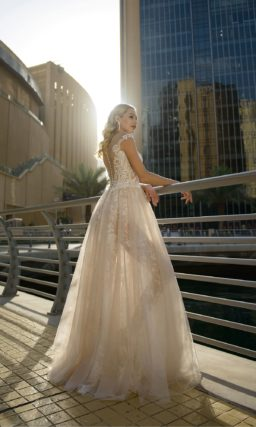 Свадебное платье с открытым лифом и полупрозрачной юбкой.
