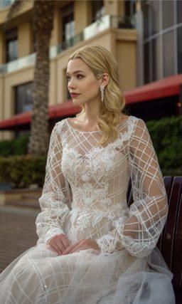 Свадебное платье с пышными рукавами и сетчатой отделкой.