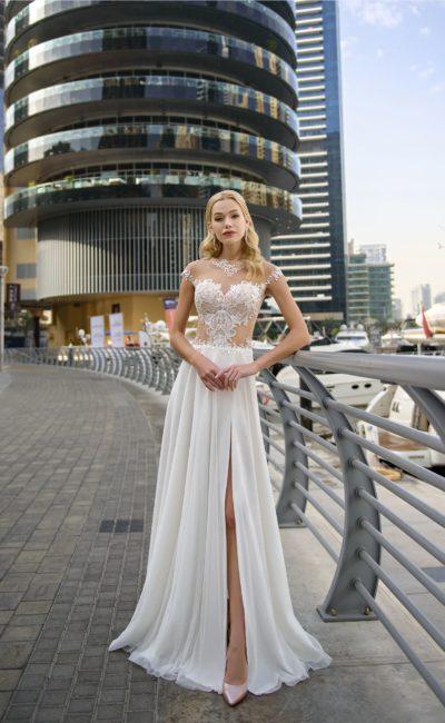 Свадебное платье прямого кроя с прозрачным верхом и разрезом на юбке.