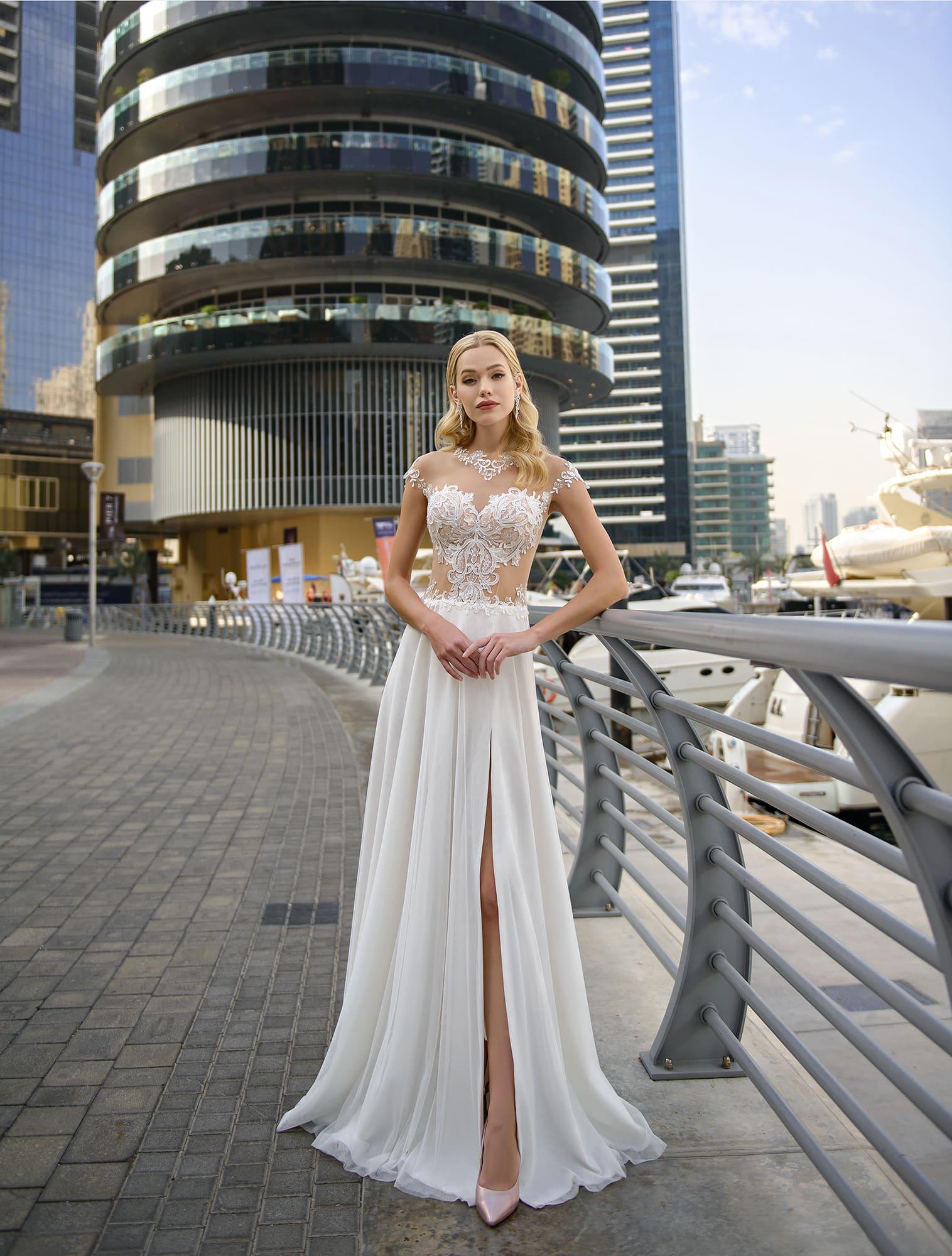 b5b121738606c81 Свадебное платье прямого кроя с прозрачным верхом и разрезом на юбке.