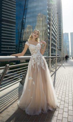 Пудровое свадебное платье с полупрозрачной юбкой и аппликациями.