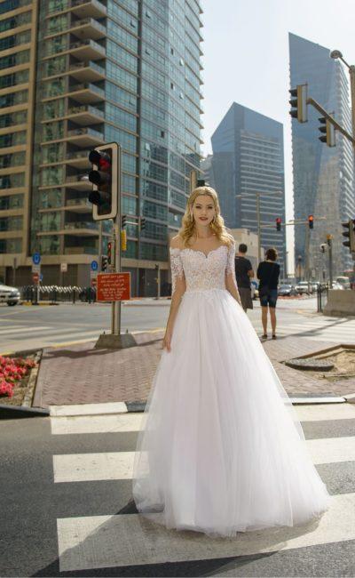 Свадебное платье с пышной юбкой и открытым кремовым корсетом.