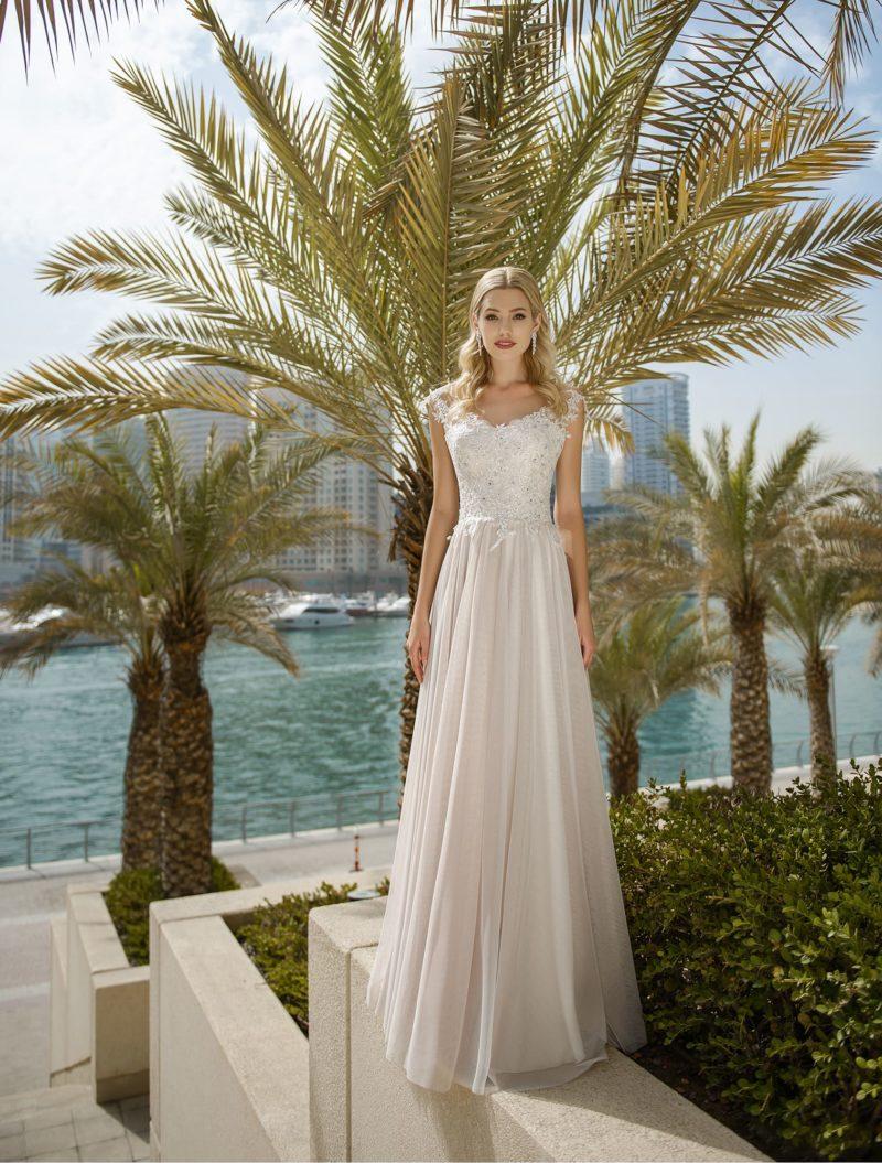 Прямое свадебное платье с кружевным лифом на бретелях.