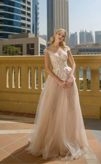 Золотистое свадебное платье с кружевным верхом и многослойной юбкой.