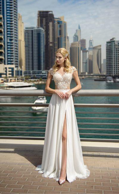 Прямое свадебное платье с разрезом на юбке и кружевным лифом.