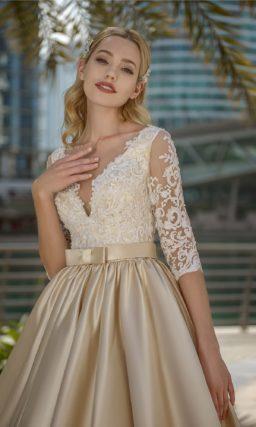 Золотистое свадебное платье с пышной атласной юбкой и поясом.