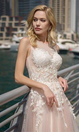 Розовое свадебное платье с аппликациями и коротким шлейфом.