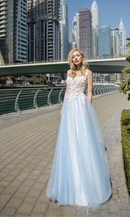 Свадебное платье с открытым лифом и голубой пышной юбкой.