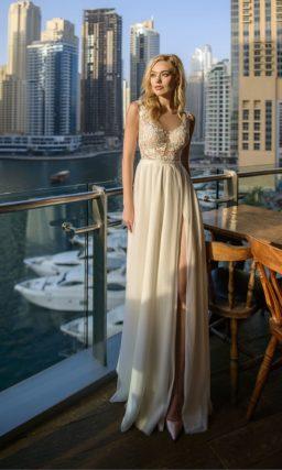 Прямое свадебное платье цвета айвори с разрезом по подолу.