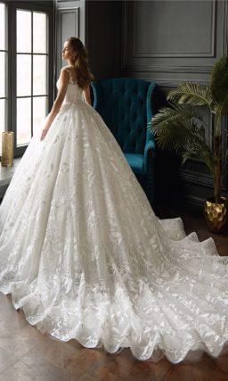 Свадебное платье с многослойной юбкой и вставкой над лифом.