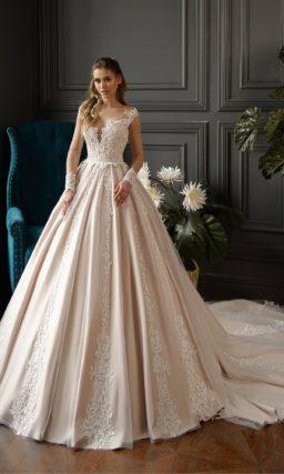 Атласное свадебное платье цвета пудры с длинным тонким рукавом.