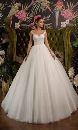 Свадебное платье пышного кроя с классическим кружевным верхом.