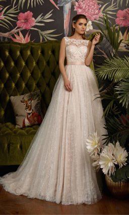 Свадебное платье золотистого цвета с широким поясом с бантом.