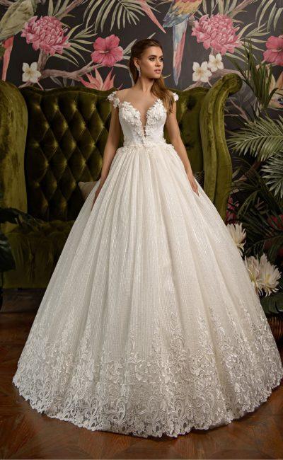 Пышное свадебное платье с открытым верхом и полосой кружева по подолу.