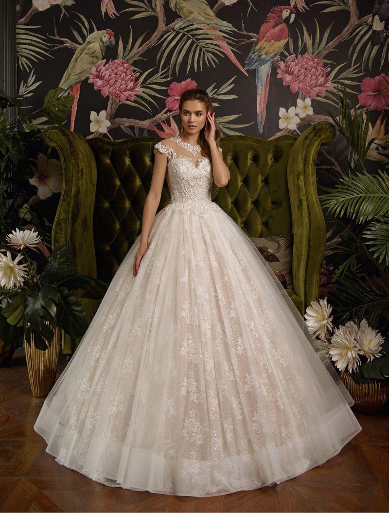 Свадебное платье оттенка айвори с кружевным декором и пышным кроем.