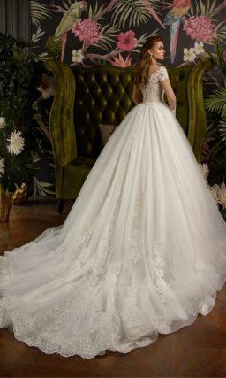 Свадебное платье невероятно пышного кроя с длинным рукавом.