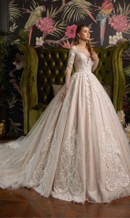 Розовое свадебное платье с длинным рукавом и невероятным шлейфом.